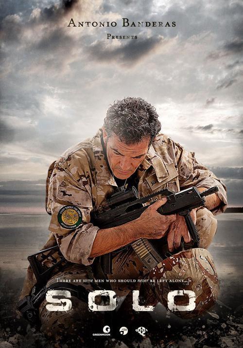 http://www.daylightpeople.com : Antonio Banderas - Affiche du film : SOLO - Le second film « Solo » sera partagé entre des tournages en Tunisie et en Espagne. Se basant sur un scénario d'Erik Jendresen et une histoire originale de Banderas et de Jendresen, le film évoque l'histoire d'un Espagnol, agent des forces spéciales qui rentre chez lui après une période de service dans une zone de guerre.